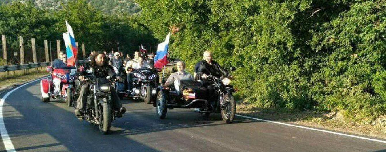 """Доки в РФ затримують мітингувальників, Путін на триколісному мотоциклі у Криму катає """"Гобліна"""""""