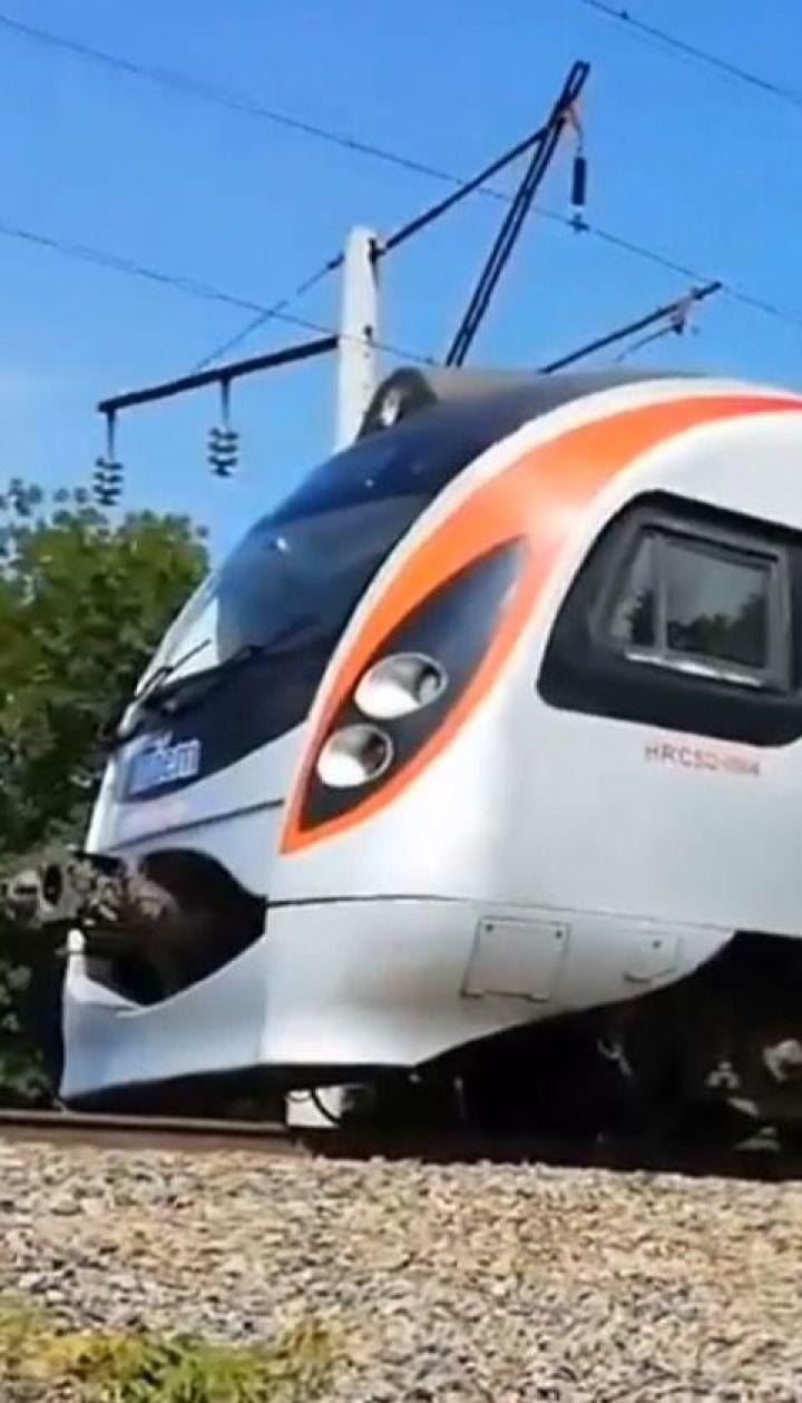 Скоростной поезд сломался посреди поля - пассажиры прождали около 2 часов