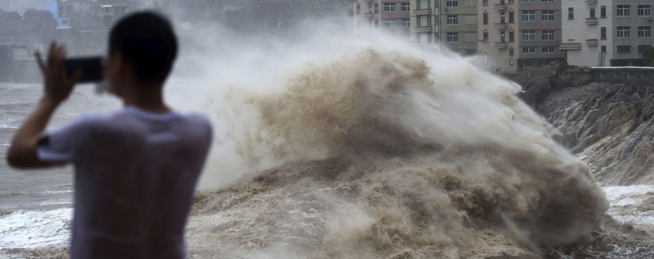 """Полмиллиона пострадавших и жуткие разрушения. Супертайфун """"Лекима"""" в Китае продолжает забирать жизни"""