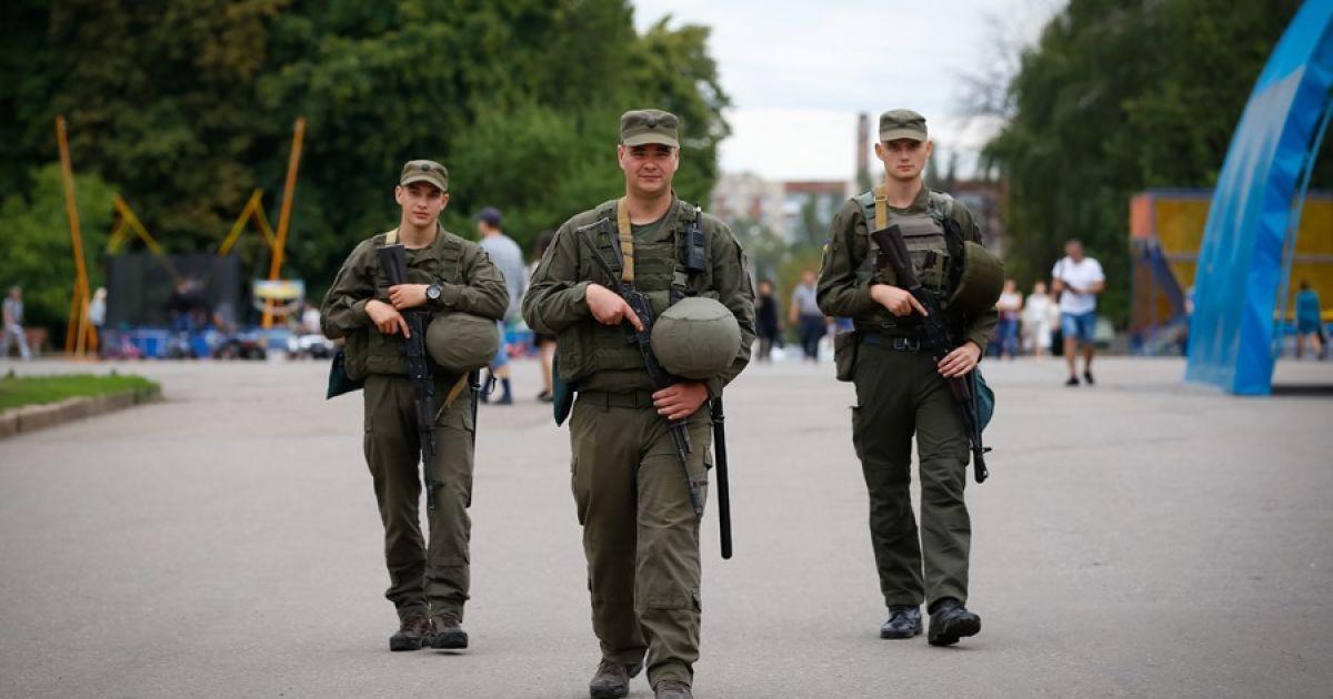 В Одесі новий вид шахрайства: псевдонацгвардійці обшукують перехожих і забирають цінні речі (видео)