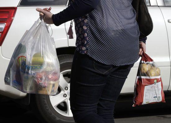 Обмеження на використання пластикових пакетів в Україні: міністр розповів, коли це може статися