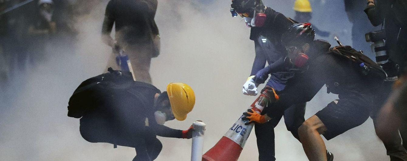 В Гонконге полиция разгоняет протестующих слезоточивым газом
