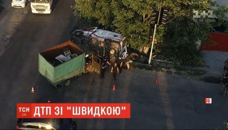 5 людей зазнали травм унаслідок зіткнення вантажівки та швидкої у Дніпрі