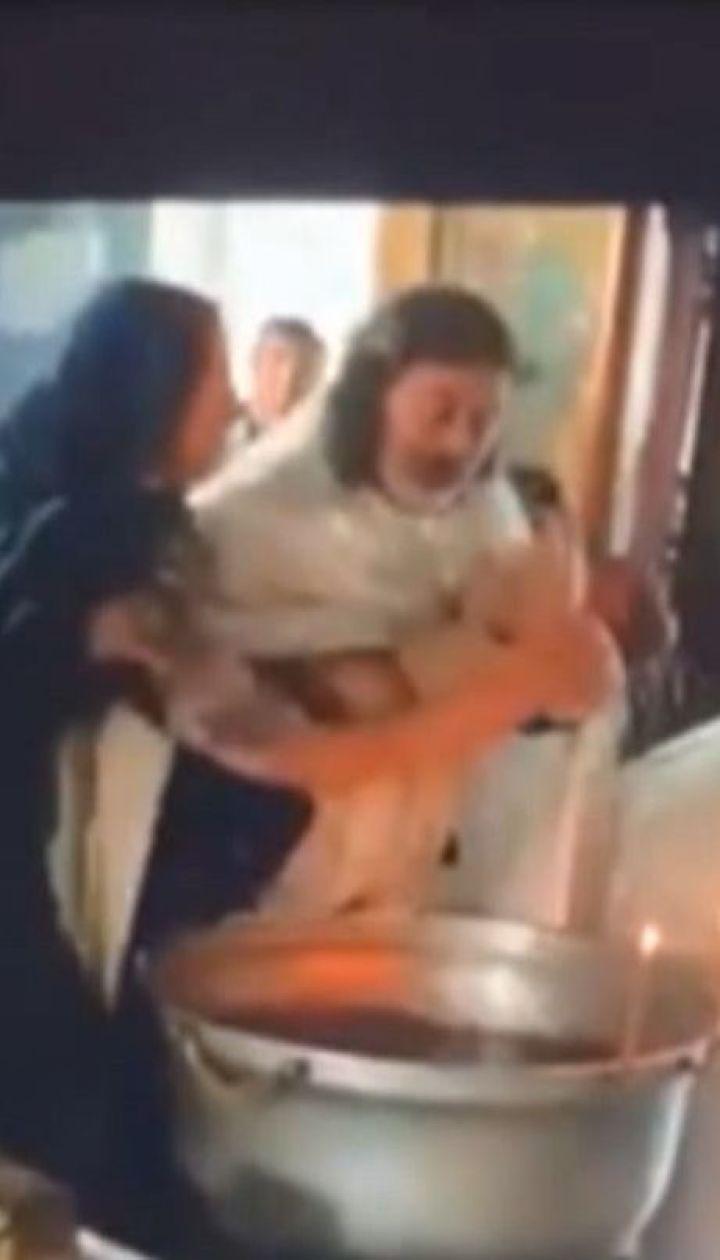 Під час хрещення у російському православному храмі священник травмував маля