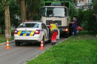 В Киеве мусоровоз переехал мужчину