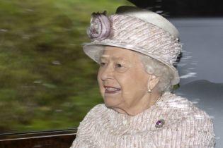 У світлому вбранні та з бордовою помадою на губах: королева Єлизавета II сходила на недільну службу