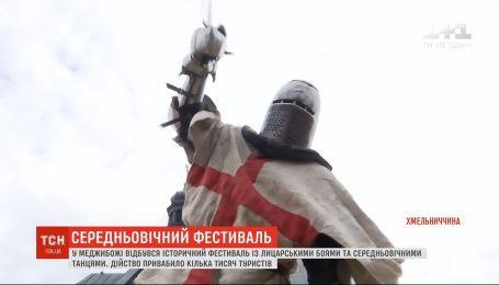 """Лицарські бої та вогняне шоу: на Хмельниччині відбувся історичний фестиваль """"Епоха героїв"""""""