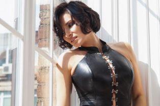 Подчеркнула формы кожаным платьем: Надя Мейхер и ее новый эффектный лук