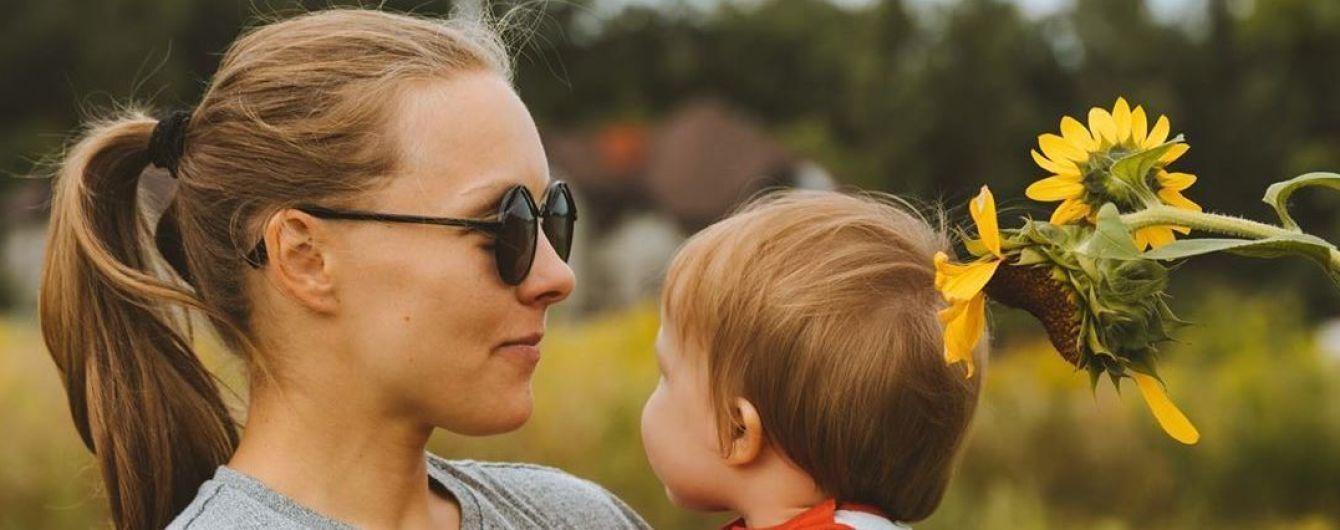 Алена Шоптенко без макияжа с подросшим сыном на руках позировала в подсолнухах