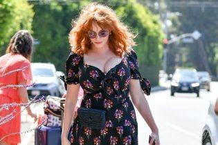 В платье с откровенным декольте: Кристина Хендрикс сходила на шопинг