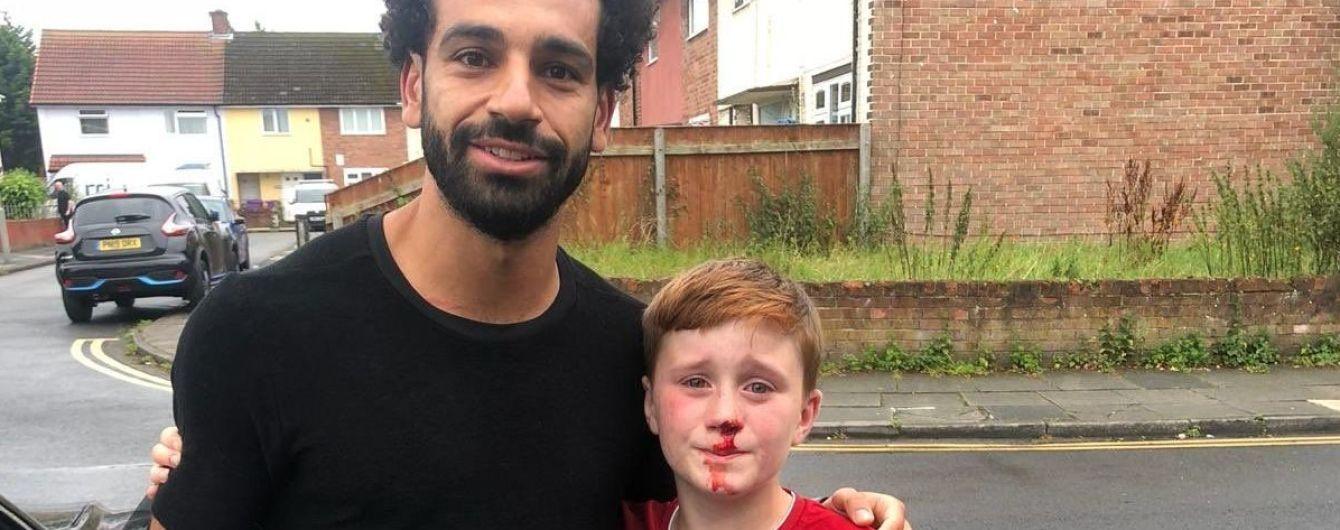 Мальчик бежал за машиной Салаха и разбил нос о фонарный столб, Мо подарил ему футболку с автографом