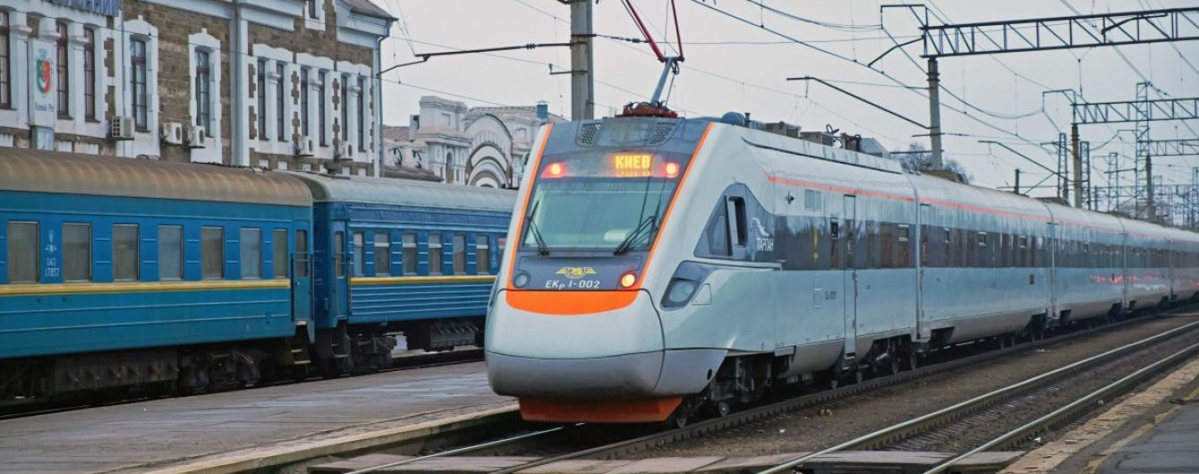 У Харківській області поїзд збив чоловіка, який сидів на рейках