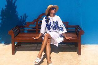 В белом платье с яркими акцентами: Катя Осадчая нежится под турецким солнцем