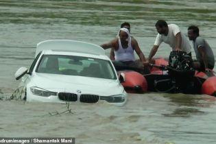 В Индии парня разгневали подарочным BMW. Он утопил авто и снял видео