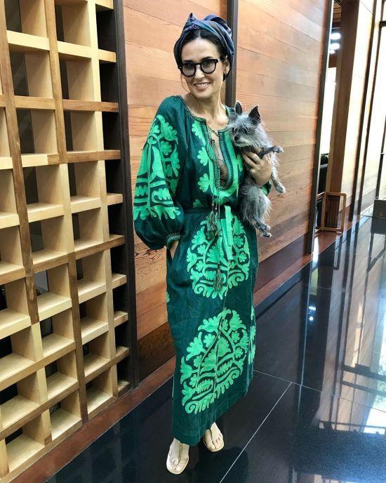 Демі Мур з песиком на руках похизувалася модним look'ом у сукні-вишиванці