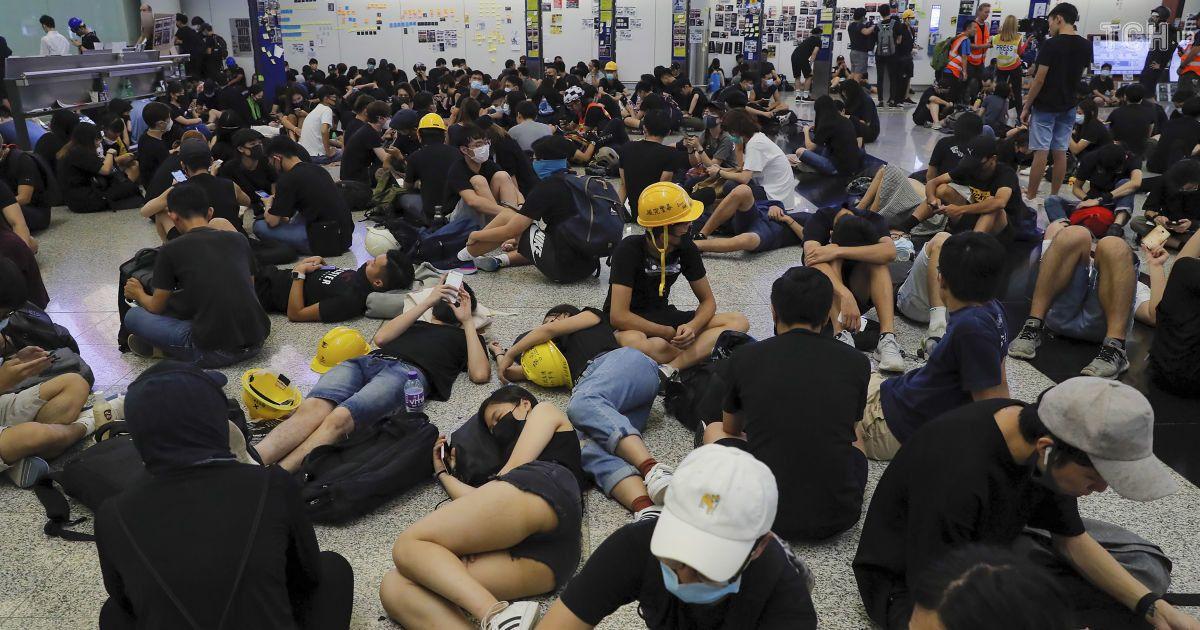 """""""Не стріляйте по очах"""": протестувальники в аеропорту Гонконга очікують на штурм поліції"""