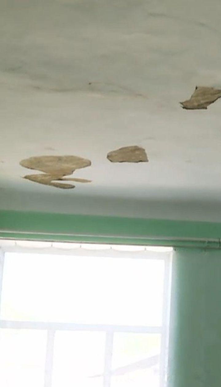 У сільській школі на Кіровоградщині після ремонту даху може обвалитися стеля
