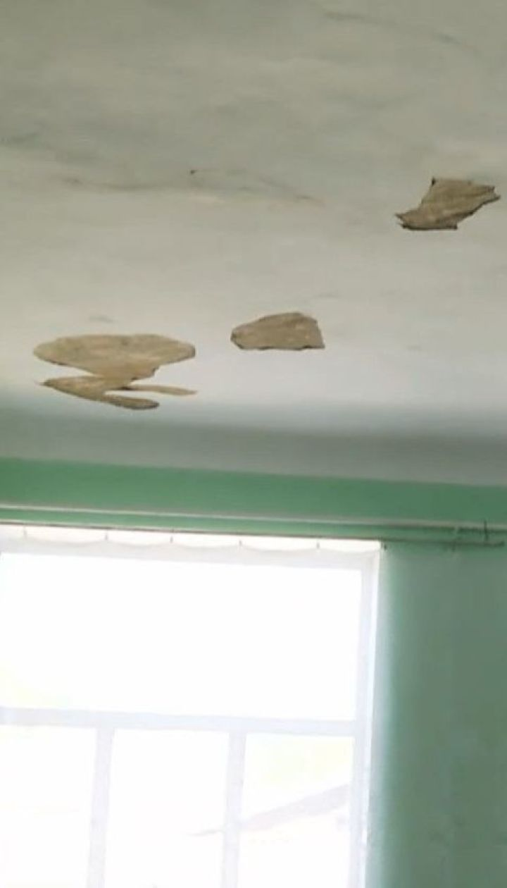 В сельской школе в Кировоградской области после ремонта крыши может обвалиться потолок