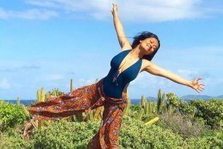 В красивом купальнике на фоне кактусов: Сальма Хайек поделилась снимками с отдыха