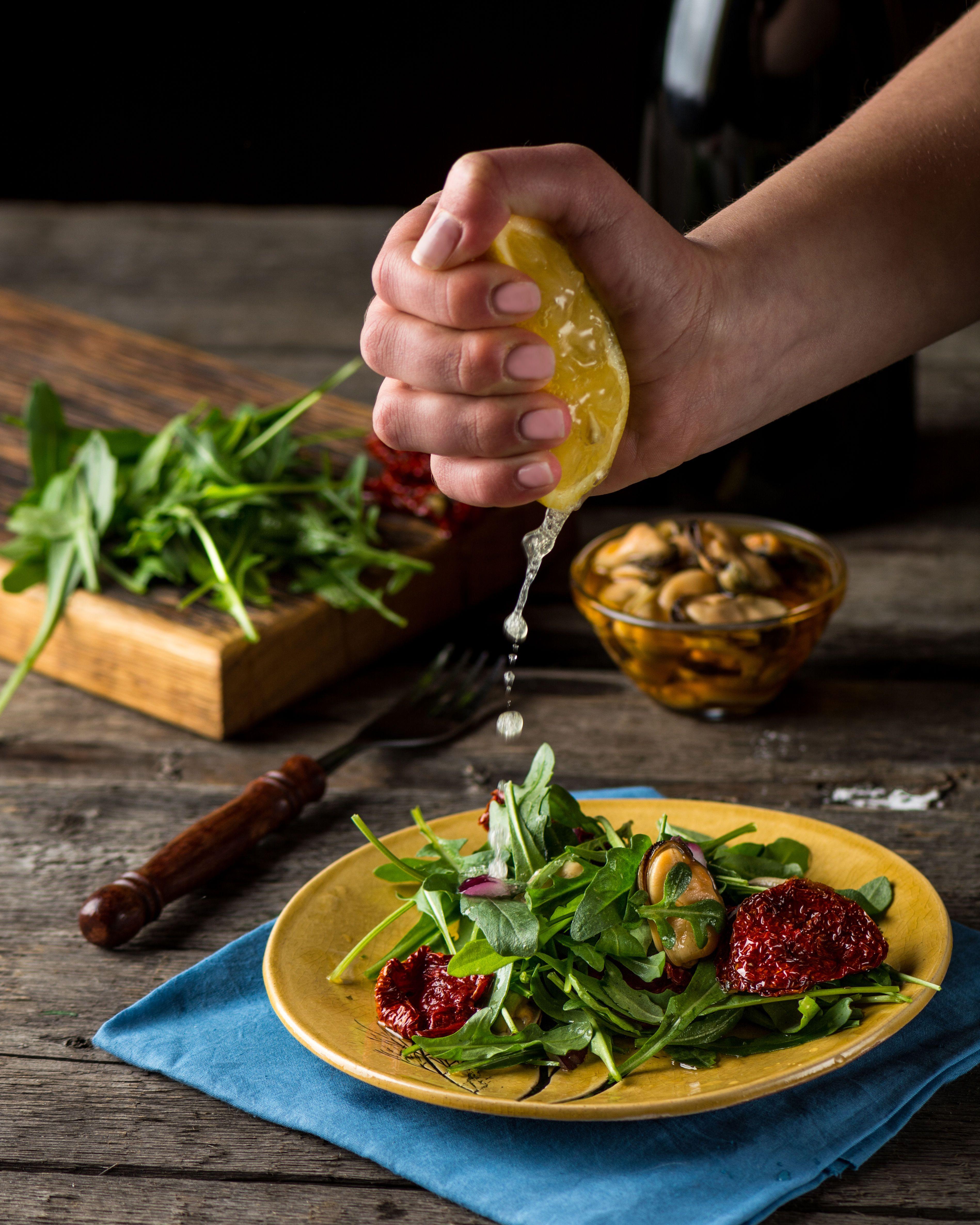 Салат з руколою і мідіями, для блогів