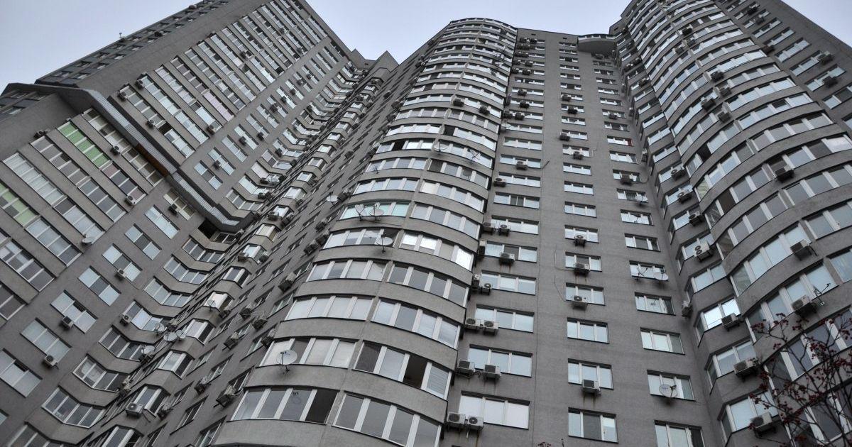 В Киеве отец оставил четырех детей и пытался прыгнуть с балкона 14 этажа (видео)
