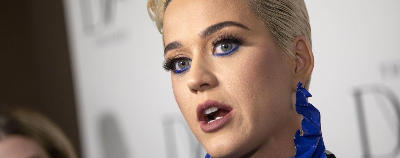 """""""Стягнула з мене штани"""": зірка кліпу Кеті Перрі звинуватив її у розпусній поведінці"""