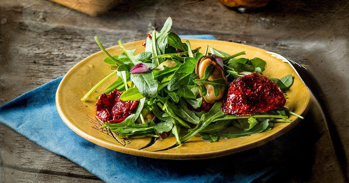 Простой салат с руколой и мидиями