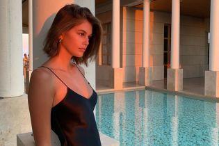 Подчеркнула декольте: Кайя Гербер в легком сарафане позировала у бассейна