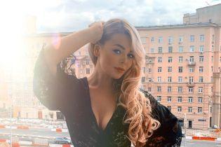 Алина Гросу в откровенном кружевном комбинезоне выставила грудь на балконе