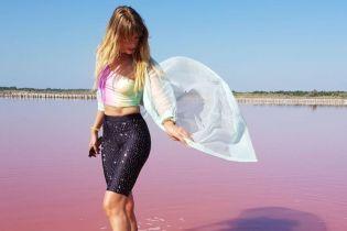 В велосипедках со стразами и ярком кроп-топе: Леся Никитюк позировала в розовом озере