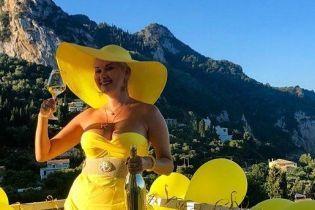 В экстремальном мини с откровенным декольте и с шампанским: Екатерина Бужинская отмечает юбилей в Греции