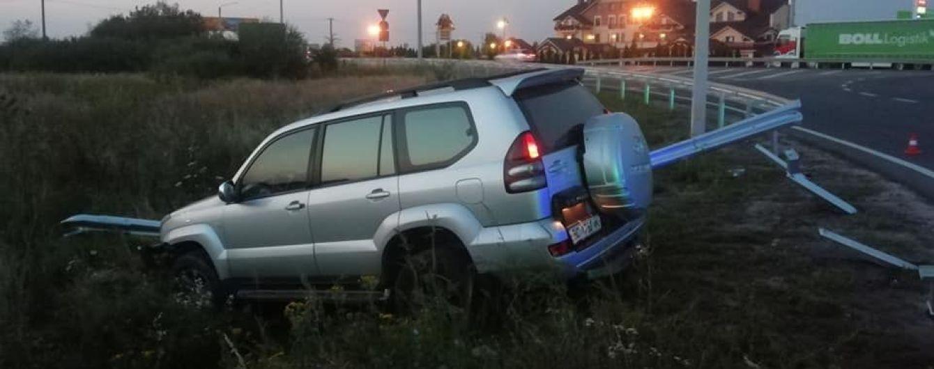 Во Львове мужчина попал в аварию на краденой Toyota Prado. Видео