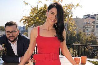 Выглядит великолепно: Людмила Барбир подчеркнула стройную фигуру красным платьем
