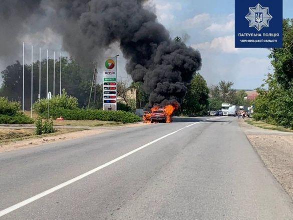Машина згоріла біля заправки в Хотині_01