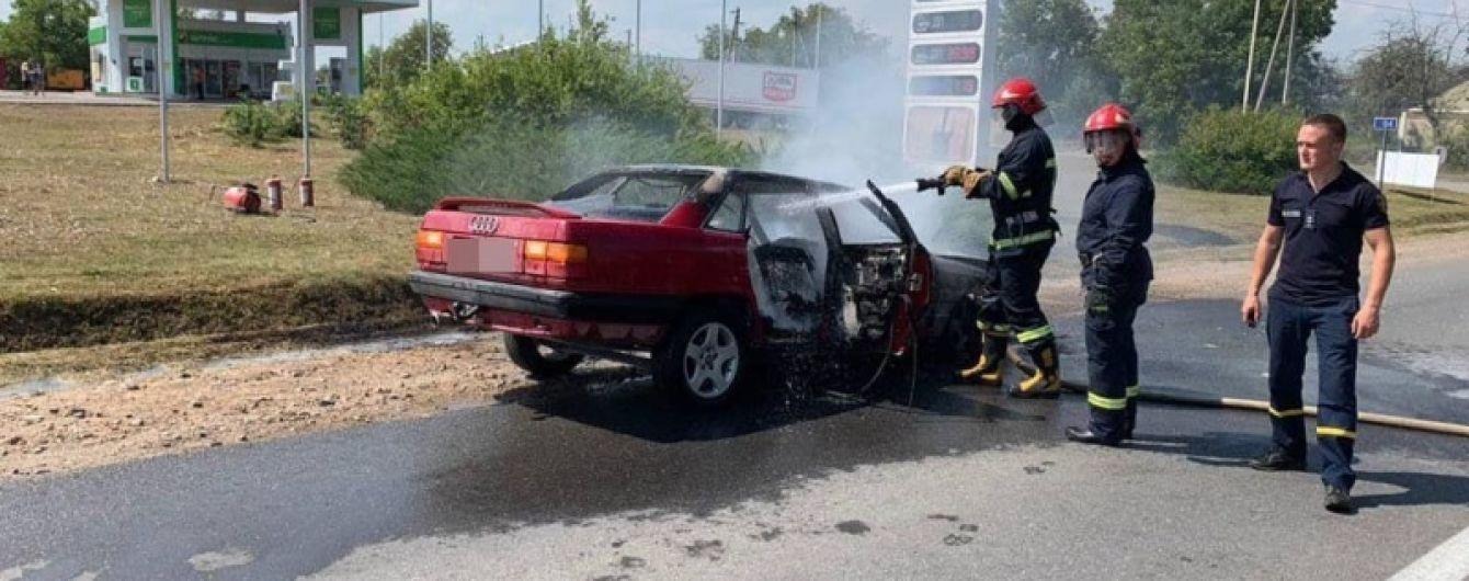 На Буковине возле АЗС загорелся автомобиль Audi
