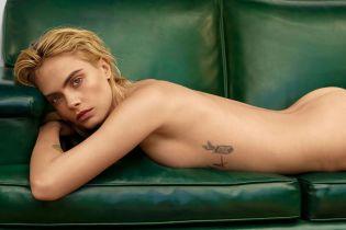 Полностью обнаженная Кара Делевинь эротично позировала на кожаном диване для глянца