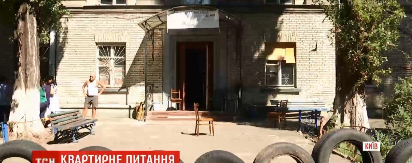 У центрі Києва люди живуть у гуртожитку без газу, світла та інтернету