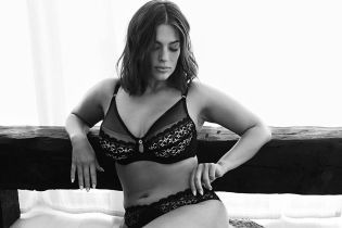 У чорному білизняному комплекті: Ешлі Грем поділилася пікантним знімком