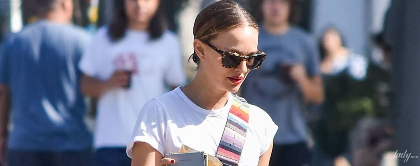 У простому вбранні з модними акцентами: Наталі Портман гуляє Лос-Анджелесом