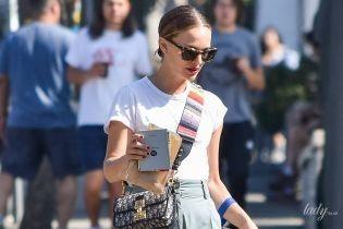 В простом наряде с модными акцентами: Натали Портман гуляет по Лос-Анджелесу