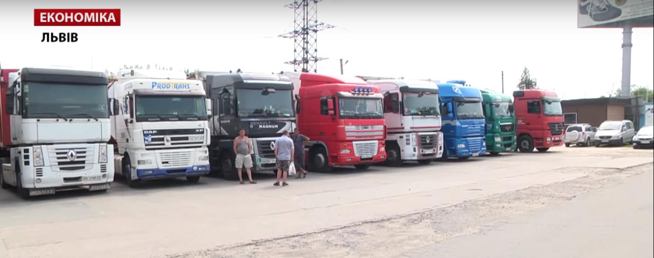 """Штрафи і квоти на проїзд. Сотні вантажоперевізників стоять """"між двох вогнів"""" на польському кордоні"""