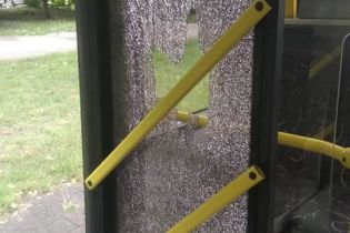 В Киеве пассажир разбил окно троллейбуса и скрылся. Перед этим он стоял среди дороги