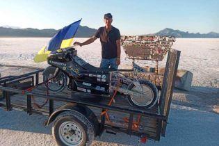Украинский мотогонщик попал в аварию на электрическом супербайке в Бонневилле