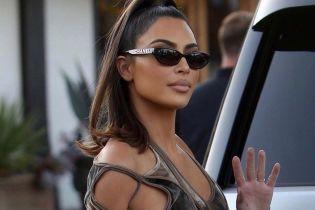 Ким Кардашян странным велюровым платьем подчеркнула фигуру