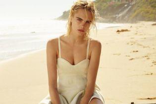 Топлес і на пляжі: Кара Делевінь позувала для нового фотосету