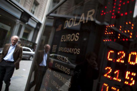 Обвал економіки Аргентини через вибори президента. Національна валюта та біржа знову обвалилися