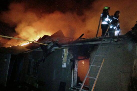 У Дніпрі загорівся житловий будинок, 39-річний господар отримав значні опіки