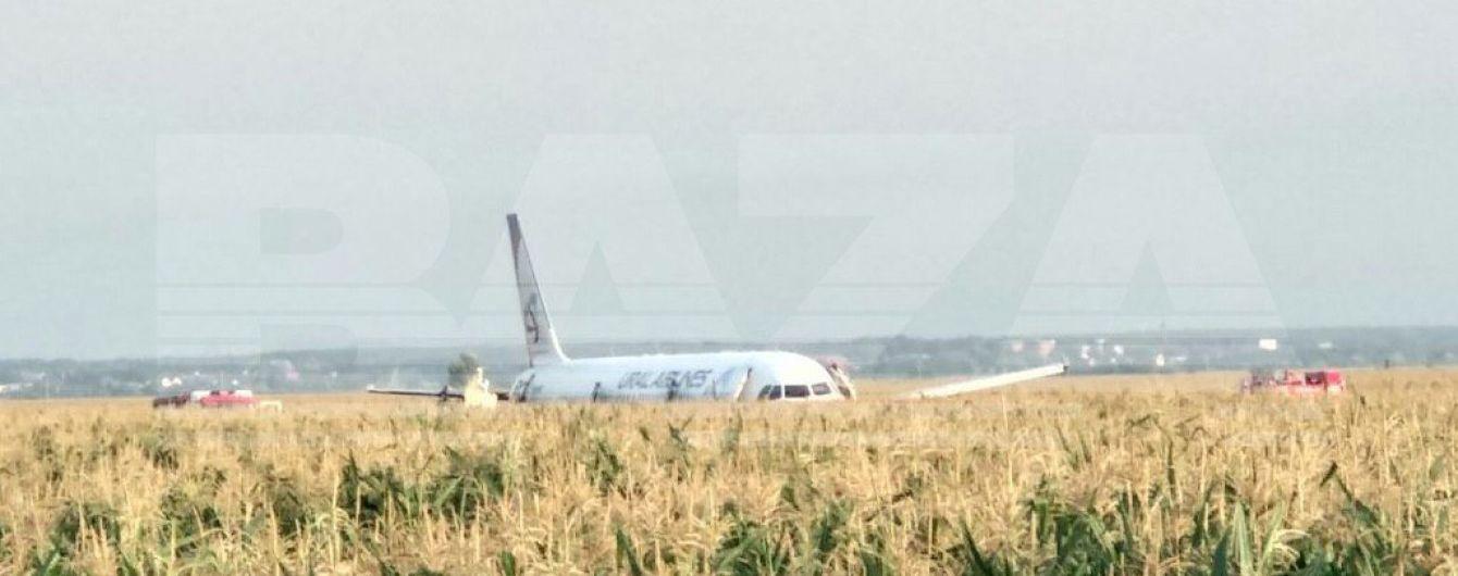 Под Москвой в кукурузное поле приземлился пассажирский самолет, который летел в Крым