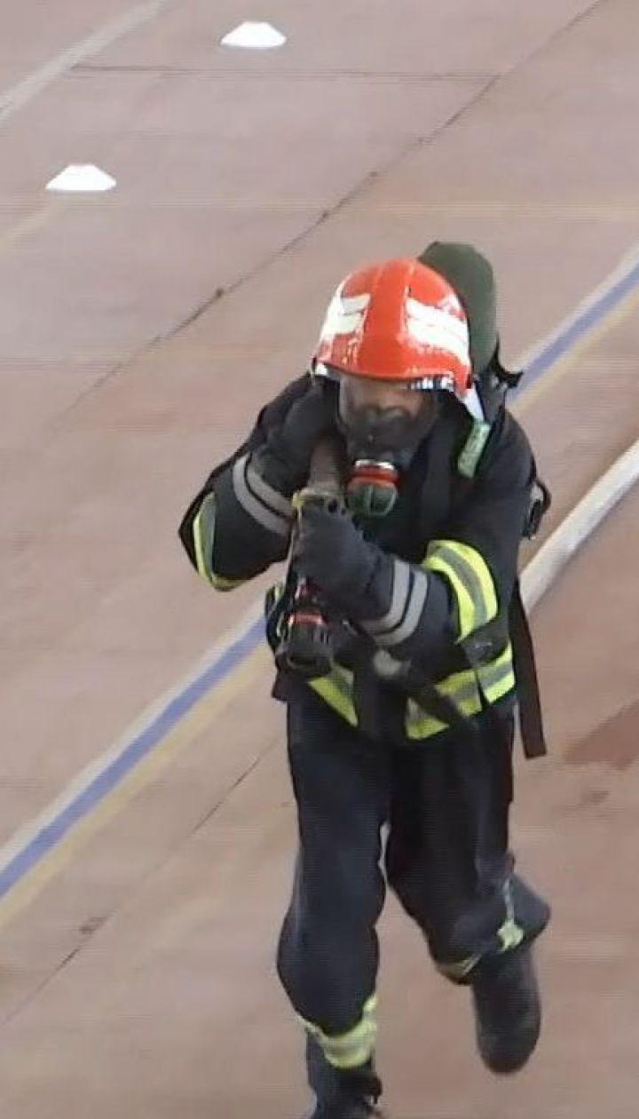 Вінницькі пожежники влаштували змагання, аби зібрати кошти на порятунок свого колеги