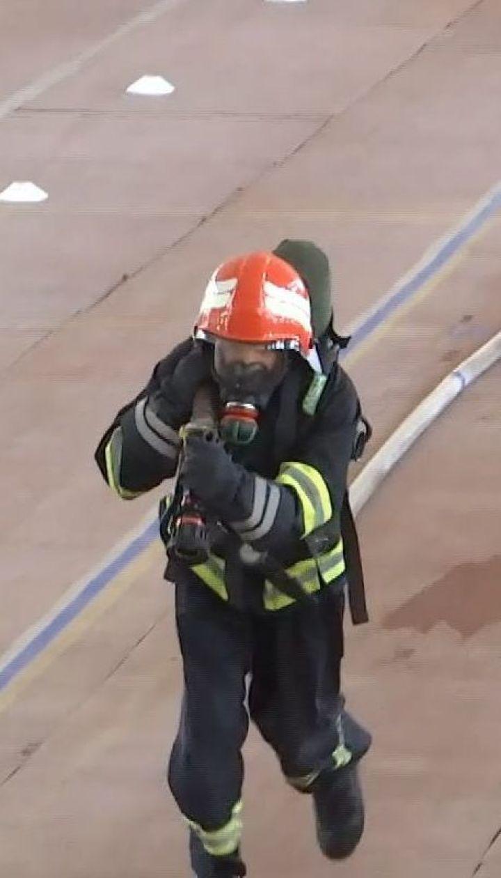Винницкие пожарные устроили соревнования, чтобы собрать средства на спасение своего коллеги